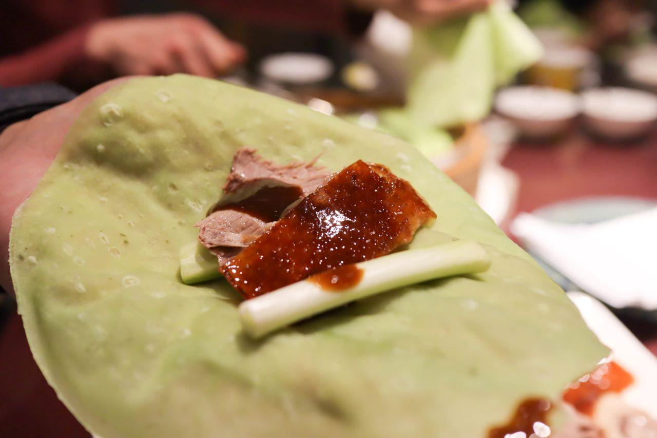 (南港捷運站)台北六福萬怡酒店粵亮廣式料理,肥美的烤鴨搭配上獨特的三色餅皮,環境優美服務佳適合宴請客人或家庭聚餐 @Nancy將的生活筆計本