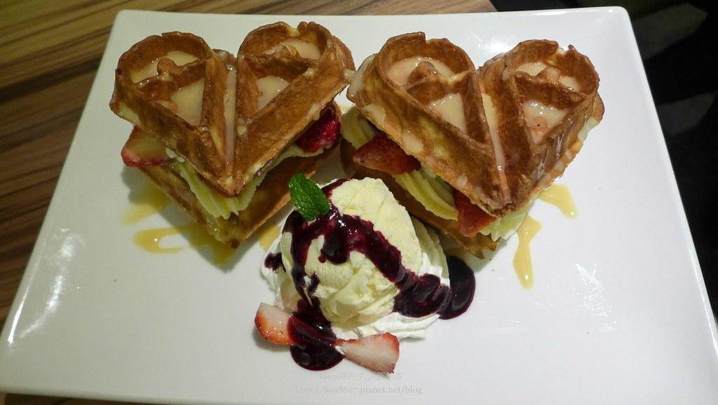 (忠孝敦化站美食)Eat Eat Bistro 有美麗又吸睛的愛心草莓麻吉鬆餅 @Nancy將的生活筆計本