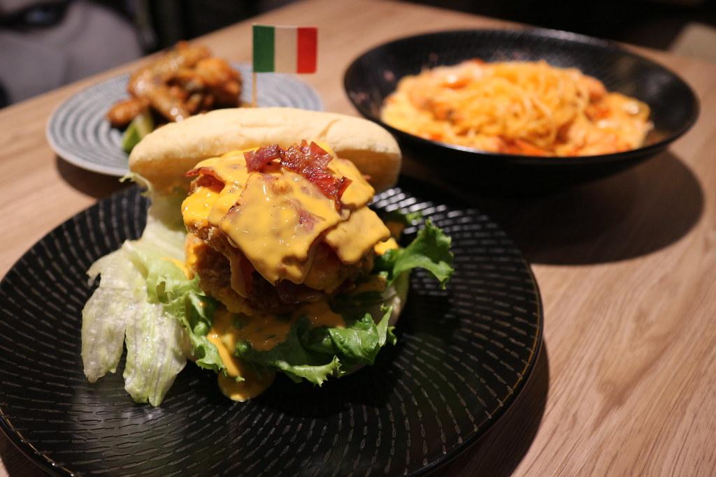 (忠孝復興站)台北東區美食『媽 ! 有狗』在啃拖鞋堡,寵物友善餐廳,東區創意料理,聚餐約會,不收服務費、有免費的WIFI提供 @Nancy將的生活筆計本