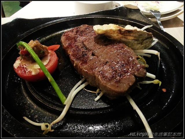 巴菲厚切牛肉,肉是厚但不大塊,胃袋稀微的一餐(S3拍攝) @Nancy將的生活筆計本